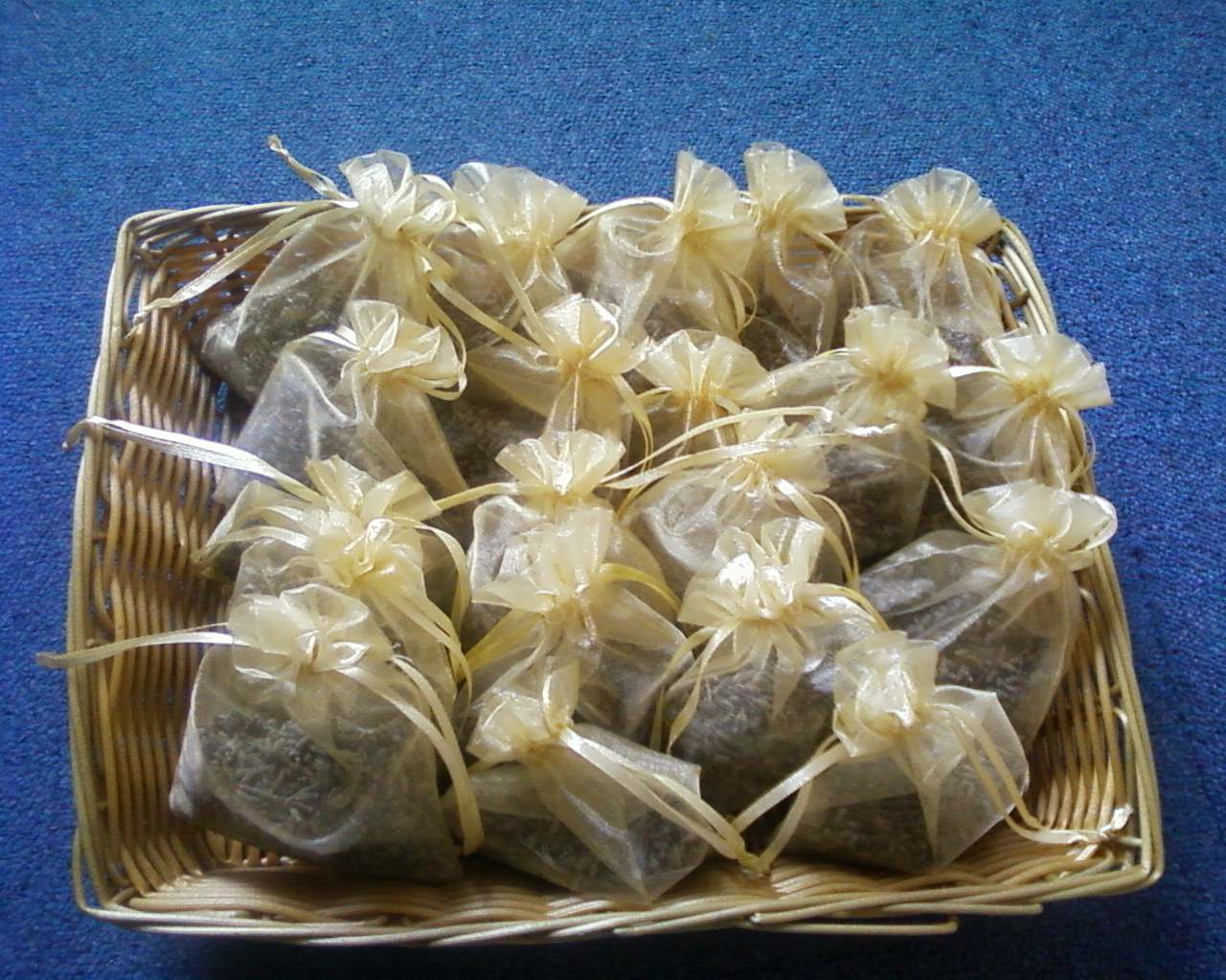 Lavender bags in golden organza, tied with elegant golden ribbons. Mmmm mmm, nearly good enough to eat!